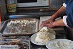 Mevrouw Anna maakt Makarounes | Karpathos De Griekse Gids foto 2 - Foto van De Griekse Gids
